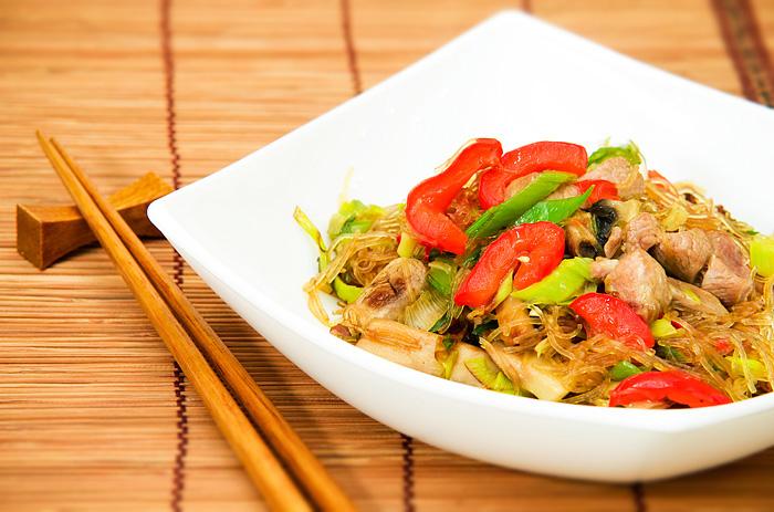 Жареная фунчоза с курицей и овощами