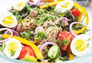 Салат с тунцом и свежим шпинатом