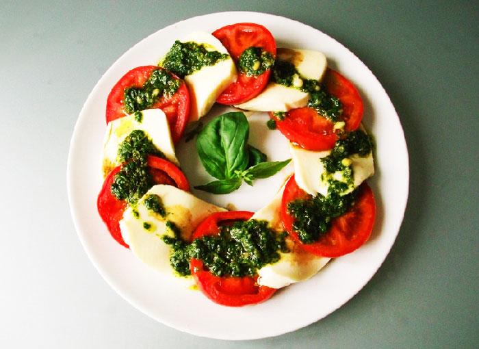 Салат моцарелла с помидорами и базиликом рецепт
