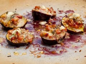 Инжир с рокфором, беконом и орехами