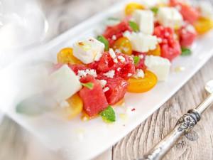 Арбуз с фетой, томатами и мятой