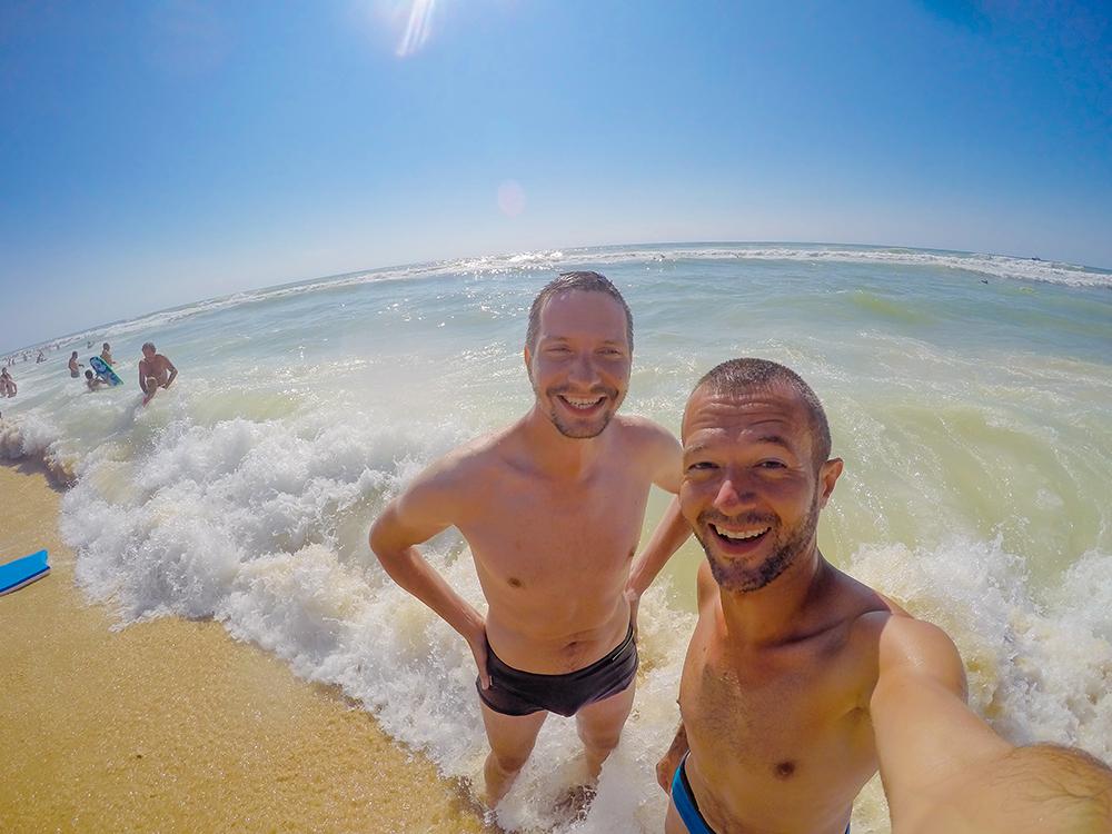 Счастливые мы в пенных волнах Атлантического океана