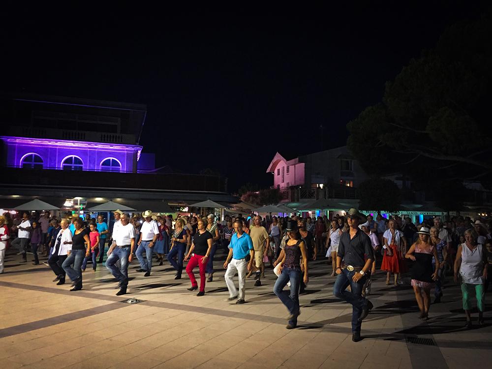 Массовое разучивание кантри на городской площади