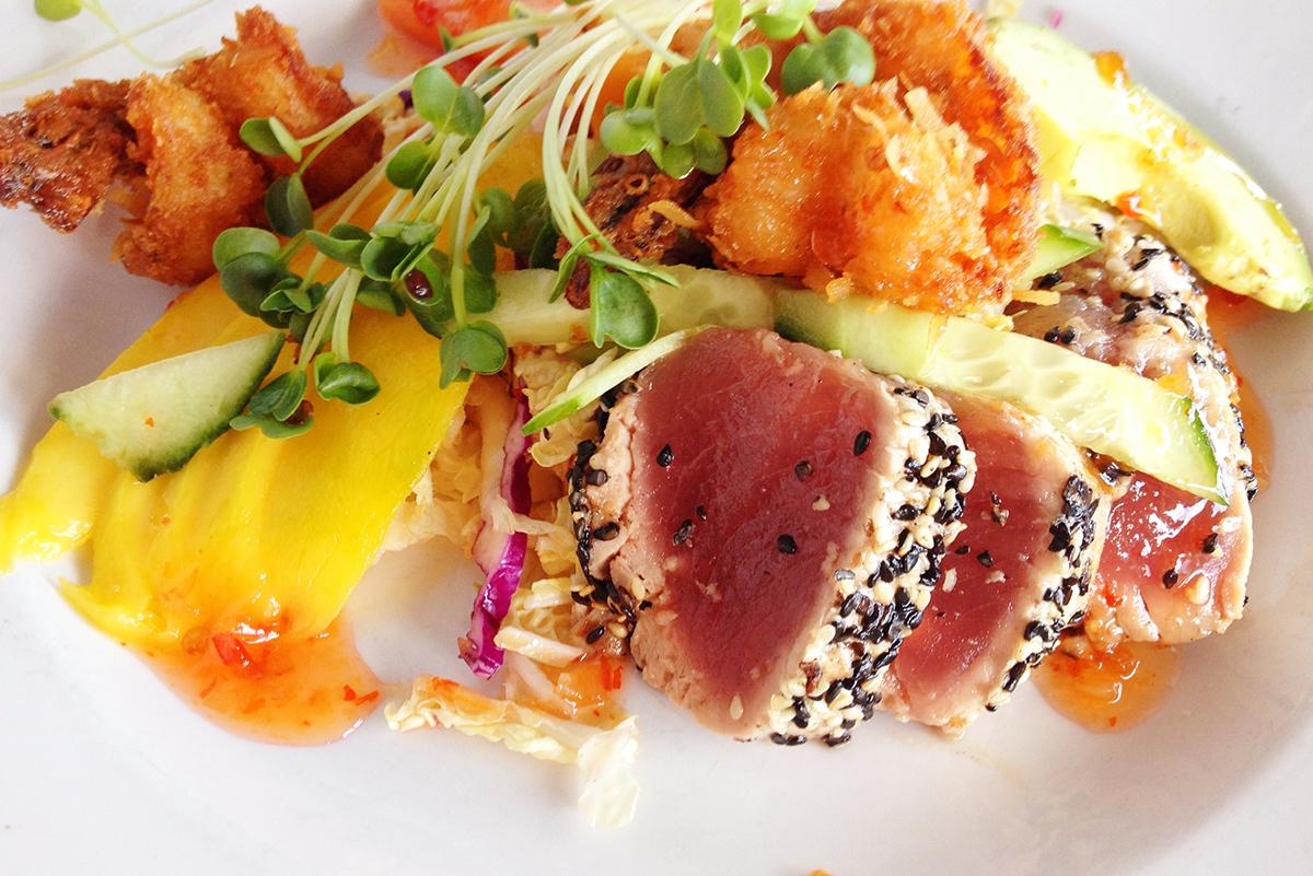 Вкуснейший туней в черном кунжуте - ресторан The Fish Hopper