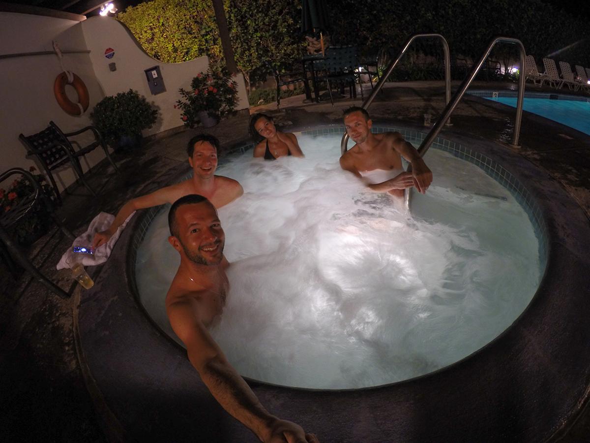 В скромном мотеле и джаказзи с бассейном имеются:)