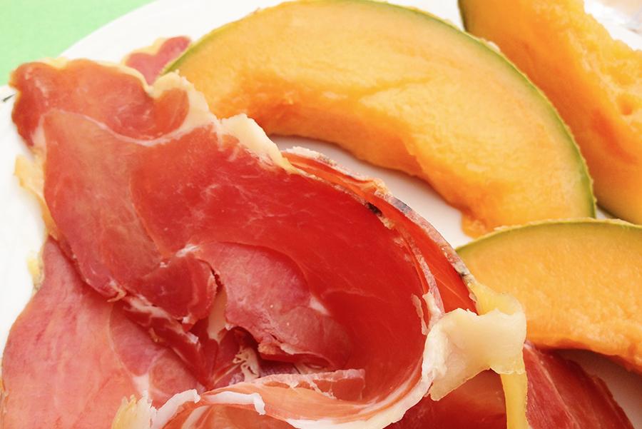 Самая популярная закуска Байонны - дыня с байоннской ветчиной
